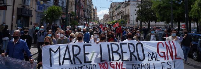Napoli Est, 200 persone in strada contro l'impianto Gnl a Vigliena