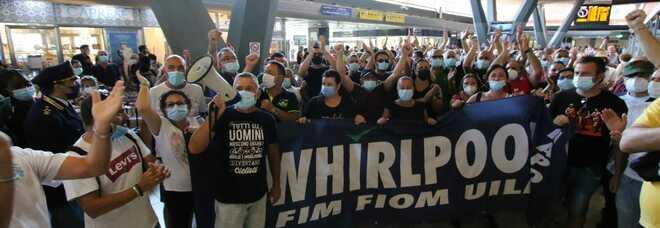Whirlpool Napoli, gli operai tornano in piazza: occupati i binari alla stazione centrale