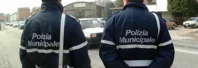 In sosta con una targa contraffatta, multa di migliaia di euro e denuncia