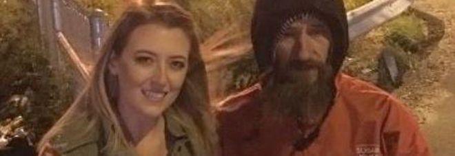 Il clochard la salvò e lei raccolse 400mila dollari con una petizione online. «Ma alla fine si è tenuta i soldi»