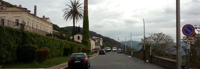 San Leucio, nuovi lampioni: terrazza con vista sui pali