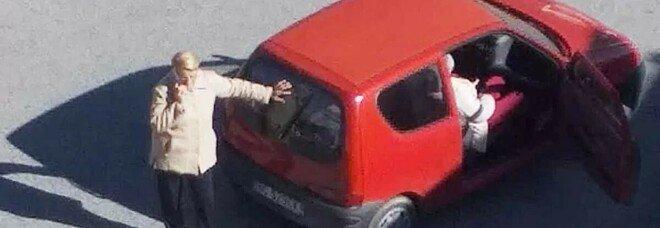 Muore in auto mentre attende il ricovero, le urla disperate della moglie: «Fateci entrare»