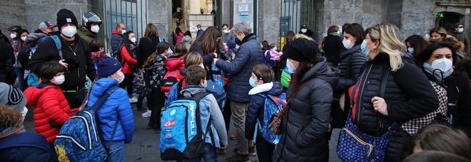 Covid a scuola, contagi in 25 istituti a Napoli e i presidi denunciano: «È caos con le nuove norme»