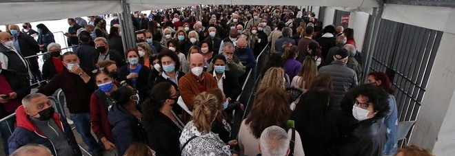 Vaccini a Napoli, file interminabili da Capodichino alla Mostra d'Oltremare: «Orari non rispettati»