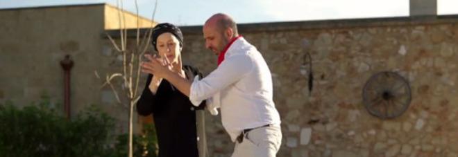 """Checco Zalone, il nuovo video """"La Vacinada"""" con Helen Mirren è già un tormentone"""