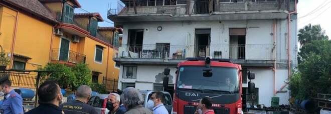 Mugnano, donna dà fuoco alla casa: sgomberati due piani di una palazzina