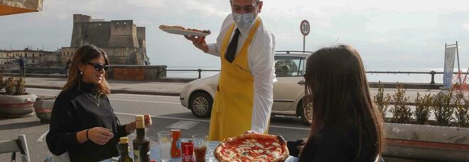«Io apro», i ristoratori di Napoli sfidano i divieti: «Noi come il pusher scagionato per fame»