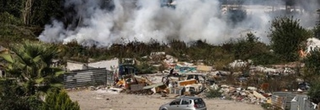 Incendio a Napoli: rifiuti in fiamme, torna l'allarme al campo rom di Scampia