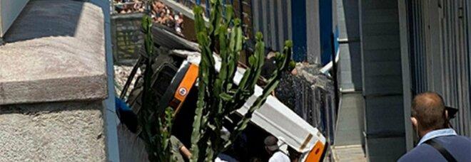 Capri, minibus precipitato: indagini sui collaudi e sulla ringhiera