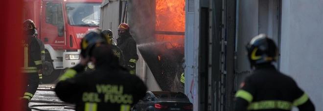 Incendio a Napoli Est, in fiamme un deposito di giocattoli: paura e gravi danni, indaga la polizia