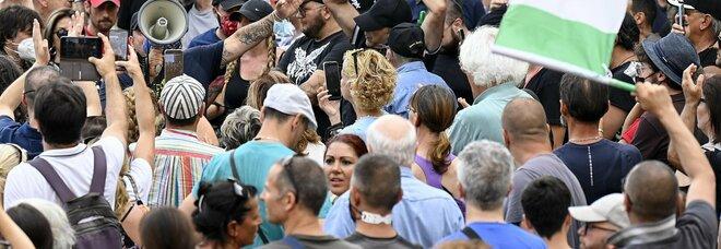 Roma, i No vax tornano in piazza. Allarme contagi: «Porteranno nuovi focolai»