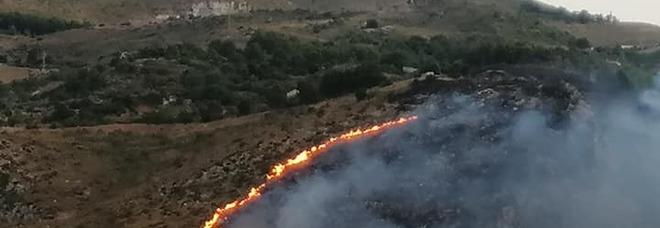 Incendi, anche la Sicilia senza pace: bruciano le montagne sopra Erice, minacciate alcune case