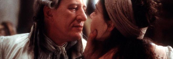 """Geoffrey Rush nel ruolo del marchese de Sade e Kate Winslet nel film """"Quills,"""""""