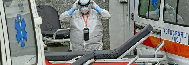 Cardarelli, video choc del paziente morto nel bagno: «Volevo aiutarlo ma nessuno è venuto»