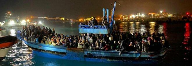 Migranti, Lampedusa è sotto assedio e l'Italia richiama l'Europa