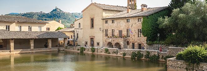 Bagno Vignoni, con Laura Morante il borgo si racconta tra libri, panorami e passeggiate