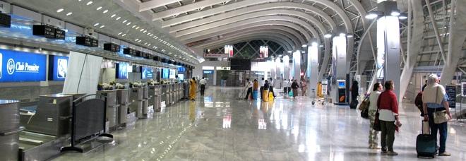 Aeroporti, la nuova direttiva: «Gli addetti alla sicurezza devono sorridere di meno»