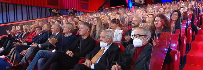 Maurizio Costanzo Show, è polemica per il teatro pieno. «Ma hanno fatto tutti il sierologico»