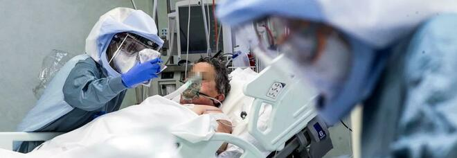 Covid in Campania, ospedali strapieni: scatta il pressing sui Policlinici