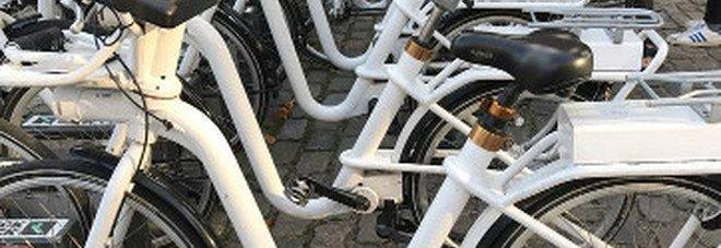 Napoli, poliziotti fuori dal servizio arrestano ladro di biciclette elettriche