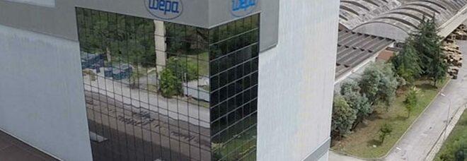 Non gli rinnovano il contratto, minaccia di buttarsi dal tetto dell'azienda: paura in una cartiera a Cassino