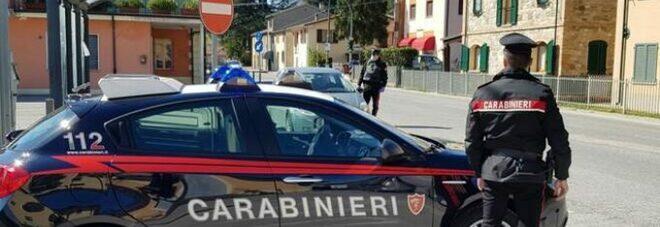 Parcheggio selvaggio scatena rissa a Fuorigrotta: tre feriti, un'auto sfasciata e un giovane denunciato