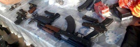 Un kalashnikov, una mitraglietta e cinque pistole nell'arsenale del clan