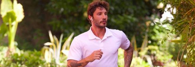 Stefano De Martino eroe per un giorno, la conduttrice confessa: «Mi ha soccorso e portata in braccio per 4 piani»
