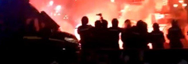 Dpcm, scontri e lancio di petardi a Palermo: ferito un operatore tv e alcuni agenti
