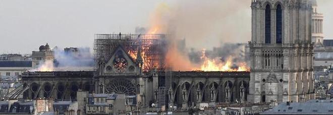 Notre-Dame, l'incendio scatena i complottisti: «È stato l'Isis, o Macron. O un castigo di Dio contro il Papa»