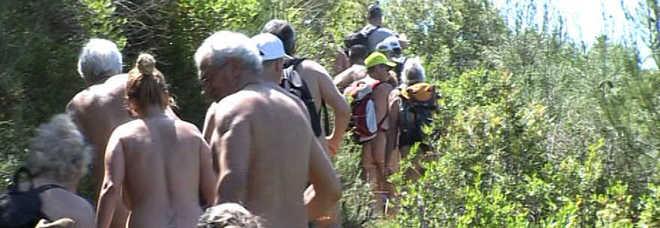 Raduno dei nudisti a Camerota, trekking senza veli
