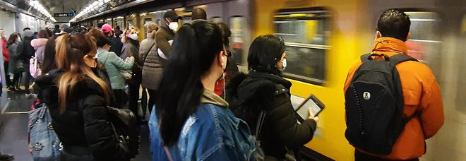 Campania zona arancione, bus e metro presi d'assalto: «Rivedere gli orari delle scuole»