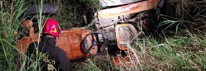 Il trattore si ribalta, 63enne muore schiacciato mentre lavora nei campi