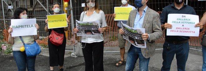 Galleria Vittoria di Napoli, protesta in piazza: «Noi abbandonati tra degrado e rifiuti»