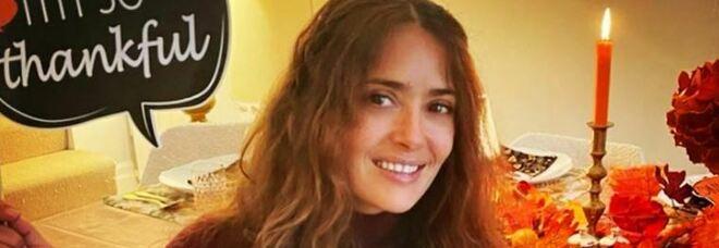 Salma Hayek e la battaglia contro il Covid: «Stavo per morire, ho preferito accadesse a casa»