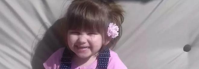 Trampolino gonfiabile esplode, morta una bimba di 3 anni: svolta nelle indagini, arrestata una coppia