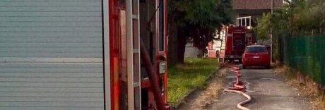 Incendio, papà si lancia dal terrazzo e salva moglie, figli e nonni
