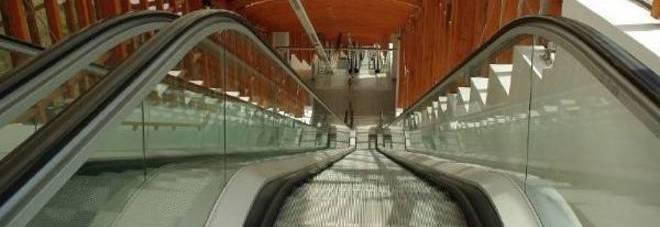 Torino, si siede sulle scale mobili della metro: 29enne cade e muore