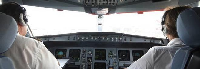 Cade una tazzina di caffè nella cabina di pilotaggio, l'aereo è costretto a un atterraggio di emergenza