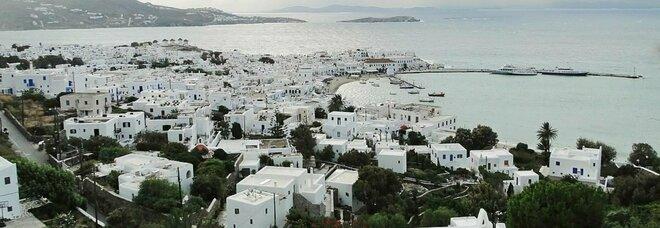 Grecia, 18enne italiano positivo rimasto senza alloggio a Mykonos: i Covid Hotel sono pieni