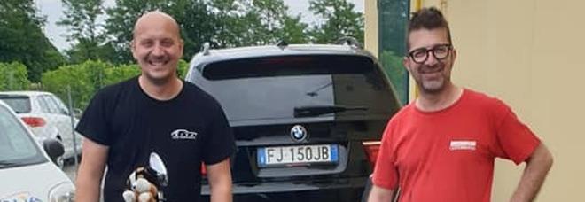Grandinata sfonda parabrezza e tetti delle auto: il carrozziere solidale ripara gratis i danni