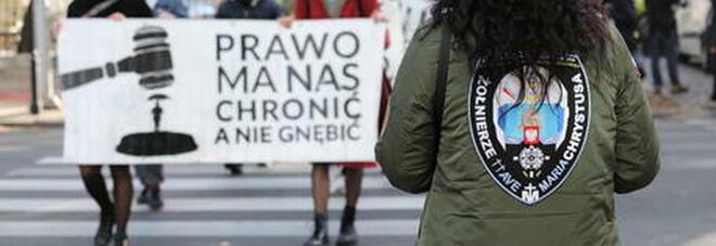 Aborto, vietato anche in caso di malformazione del feto. Proteste in Polonia: «É l'inferno delle donne»