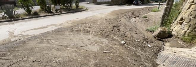 Maltempo a Napoli, bomba d'acqua e disagi in periferia: nuove colate di fango invadono Pianura