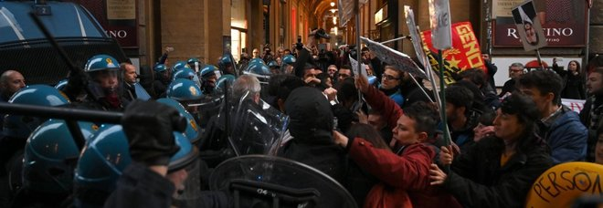 Firenze, proteste contro il comizio di Salvini: cariche della polizia