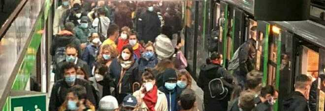 Milano, folla e assembramenti sulla metropolitana: salta il distanziamento. Le Foto
