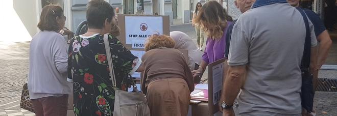Cittadini raccolgono firme a via Scarlatti