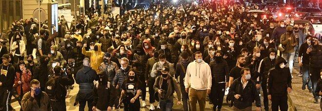 Coprifuoco a Napoli, la rivolta dei giovani: mille in strada, guerriglia con la polizia