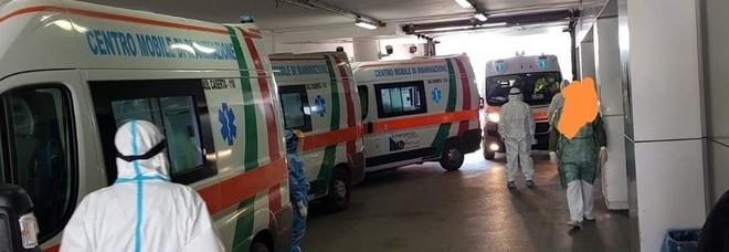 Napoli, baby gang assalta un'ambulanza dopo un intervento Covid e un ragazzino si appende sul tettino