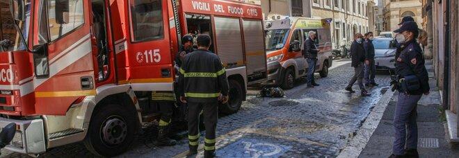 Roma, si getta dal balcone per sfuggire alle fiamme in casa: muore donna di 66 anni