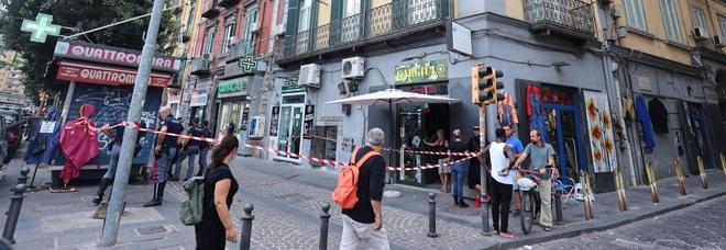 Napoli, il bimbo morto cadendo dal balcone: «Un tonfo, poi quelle urla strazianti davanti al corpicino a terra»